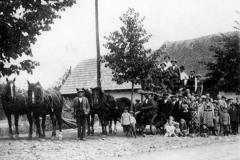 Převážení kamene na jamnický pomník. Dva páry koní jsou od Klapetka Antonína č.p. 12 a dva páry od Grossera Roberta č.p. 8. V pozadí dům Jana Grygara (nyní Kokoška Lumíra) č.p. 9