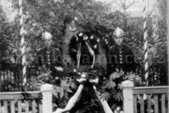 Pohled na pomník u jamnického rybníka v roce 1937