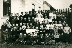 Třídní fotografie s učitelem T. Praskem